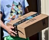 Mann mit Amazon Paket