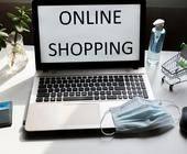 Laptop auf dem Online Shopping steht