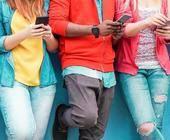 Junge Menschen mit Smartphone