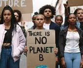 Junge Menschen auf Demo