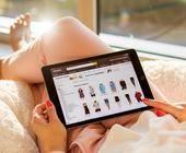 Frau beim Online-Shopping auf Amazon mit iPad