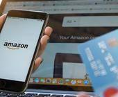Person beim Online-Shopping mit Kredikarte auf Amazon
