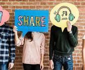 Personen, die Denkblasen mit Symbolen für soziale Medien halten