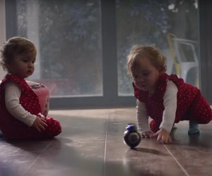 Zwei Babys spielen