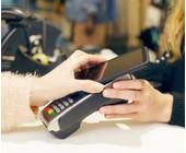 Frau zahlt mit dem Smartphone